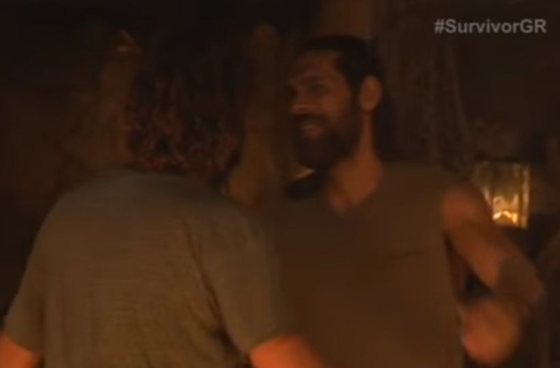 Survivor παρασκήνιο: Η κίνηση του Κοκκινάκη στον Σπαλιάρα κατά την αποχώρησή του που δεν παρατήρησε κανείς! (video)