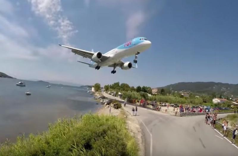Κόβει την ανάσα: Φοβερή προσγείωση Boeing στο αεροδρόμιο της Σκιάθου! (video)