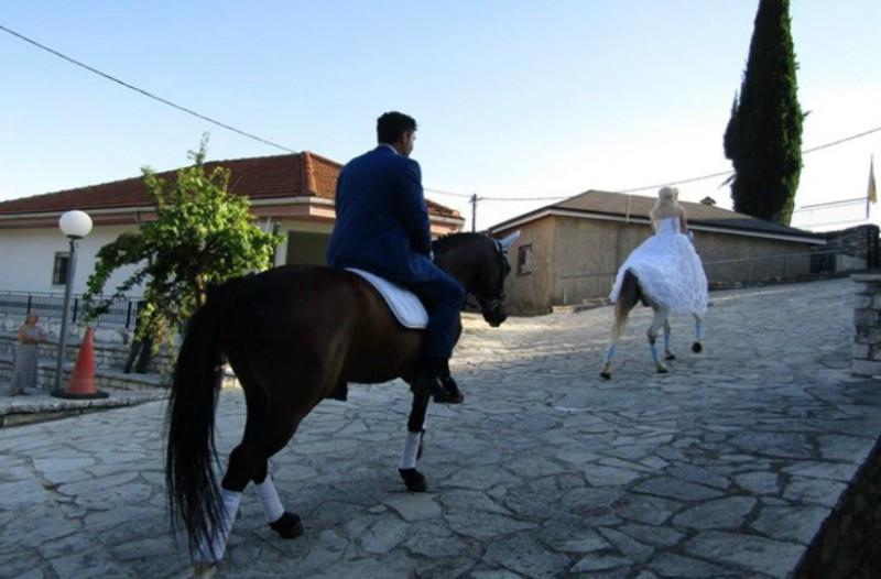 Ιωάννινα: Ο γάμος τους ήταν κυριολεκτικά παραμυθένιος- Γαμπρός και νύφη έφτασαν στην εκκλησία με... άλογα!