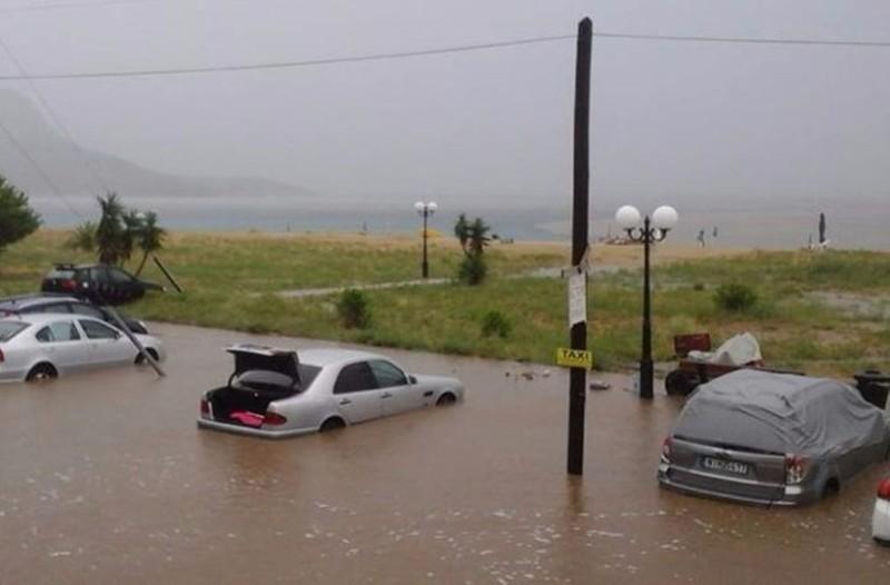 Απίστευτες εικόνες στο κατακαλόκαιρο: Πλημμύρισαν τα πάντα στην Χαλκιδική!