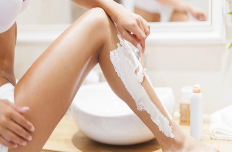 Κάηκαν τα πόδια σου από τον ήλιο; Πώς θα τα ξυρίσεις χωρίς να ερεθιστούν!