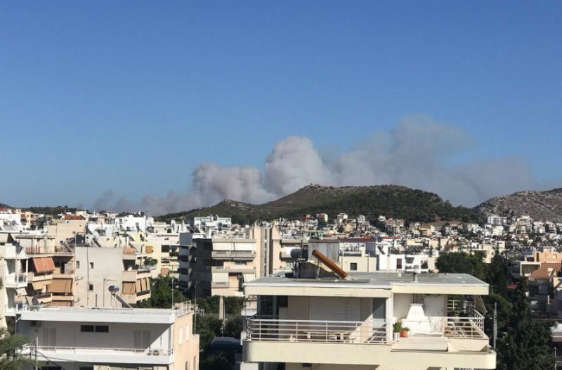 Μεγάλη φωτιά στα Καλύβια Θορικού- Απειλούνται σπίτια