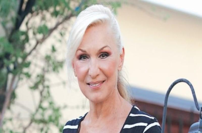 Ακομπλεξάριστη: Η Σόφη Ζανίνου ποζάρει με ροζ μπικίνι στα 66 της χρόνια! - Δείτε το πραγματικό της κορμί!