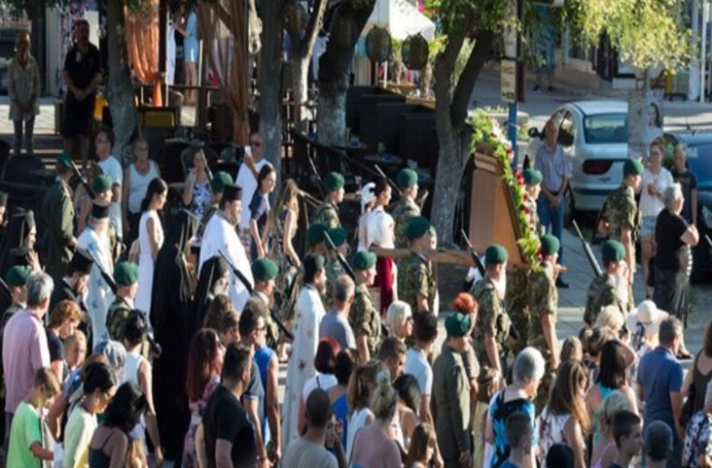 Ουρές από πιστούς: Σε λαϊκό προσκύνημα στο Σταυρό Βόλβης η θαυματουργή εικόνα της Παναγίας Τριχερούσας
