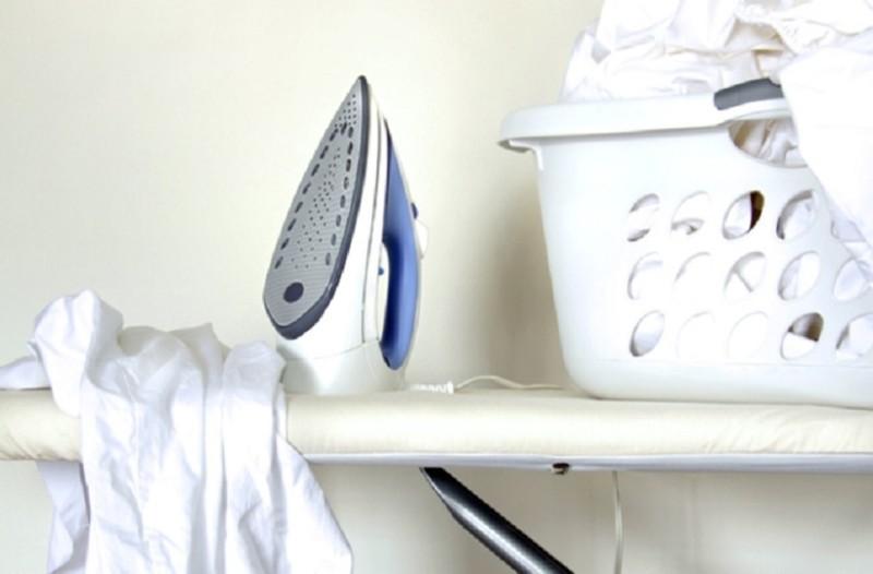 Πώς θα καθαρίσεις εύκολα και γρήγορα την πλάκα του σίδερου ρούχων!
