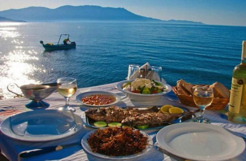 H Τelegraph υμνεί την Ελλάδα και την κουζίνα μας! Επιλέγει τα 10 καλύτερα φαγητά και γλυκά που πρέπει να γευτούν όλοι!