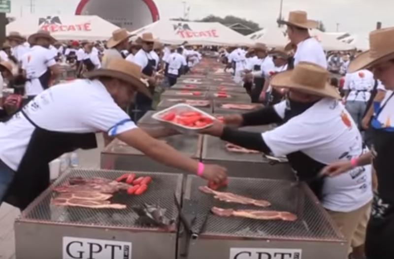 Απίστευτο ρεκόρ για να γλείφεις τα δάχτυλά σου! 45.000 σεφ προσέφεραν ψητό κρέας για όλον τον κόσμο