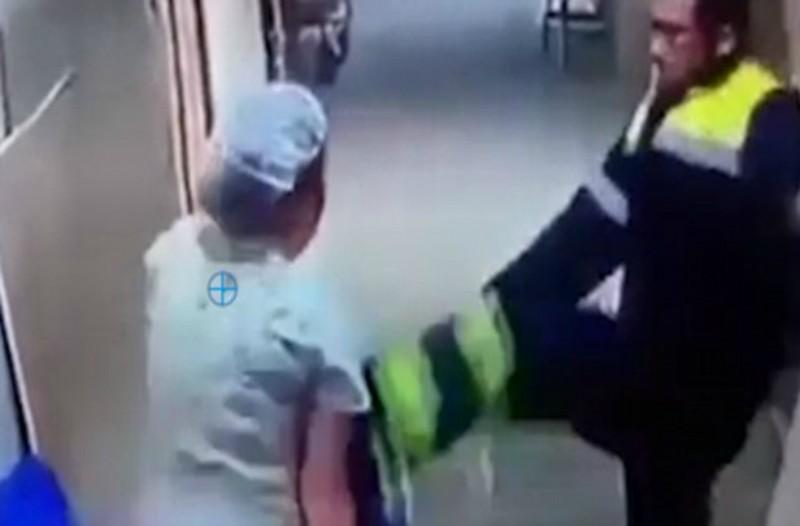 Αν είναι δυνατόν! Αυτό δεν έχει ξανασυμβεί: Νοσηλευτής χτυπά έγκυο στην κοιλιά μέσα στο νοσοκομείο!!! (video)