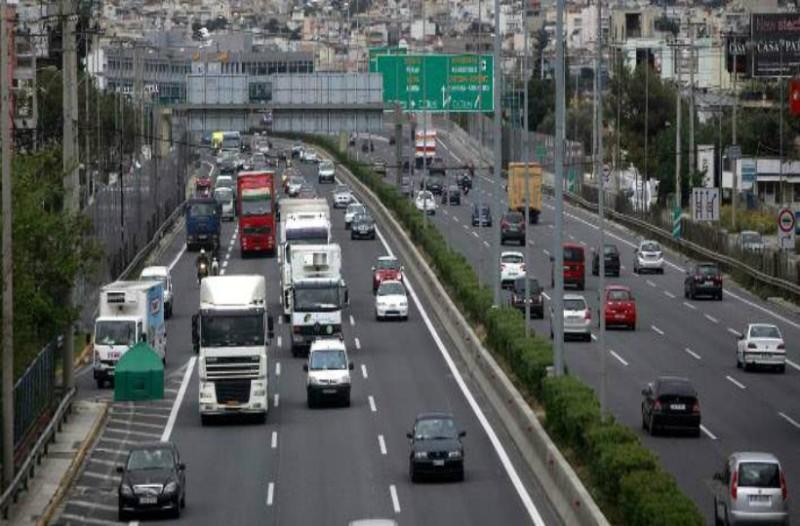 Νταλίκα που μετέφερε εύφλεκτα υλικά ανετράπη στην Αθηνών - Λαμίας: Χάος επικρατεί στο σημείο!