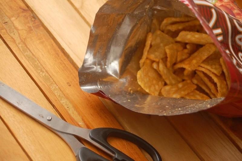 Εσείς ξέρατε γιατί το σακουλάκι από τα πατατάκια δεν είναι ποτέ γεμάτο; (video)