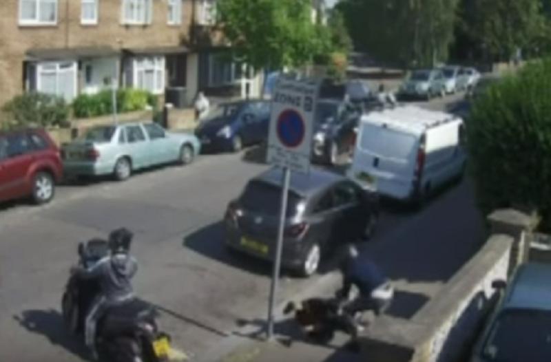 Σοκαριστικό βίντεο! Ληστής ρίχνει γυναίκα στο έδαφος μπροστά στα μάτια των περαστικών!