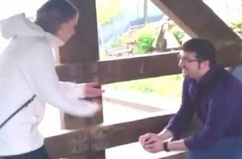 Επικό: Η πιο αποτυχημένη πρόταση γάμου που έγινε viral! - Του έπεσε το δαχτυλίδι στο ποτάμι! (Video)