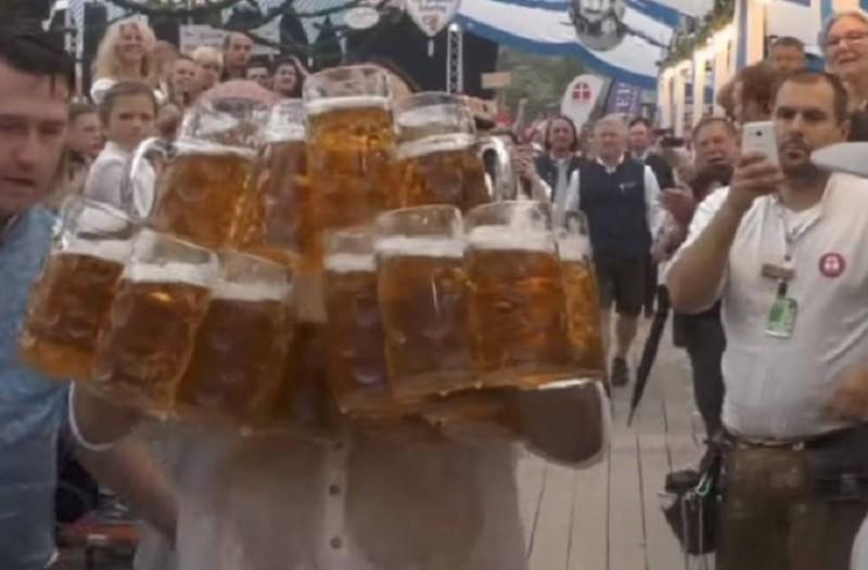 Είναι πραγματικά απίστευτος: Άντρας μετέφερε 27 λίτρα μπύρας χωρίς να χυθεί σταγόνα! (Video)