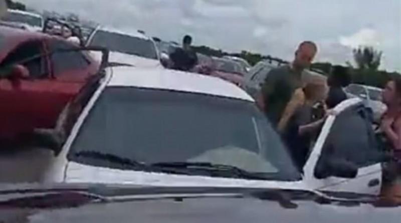 Γυναίκες σταματούν την τρελή πορεία αυτοκινήτου...τρακάρωντάς το! (video)