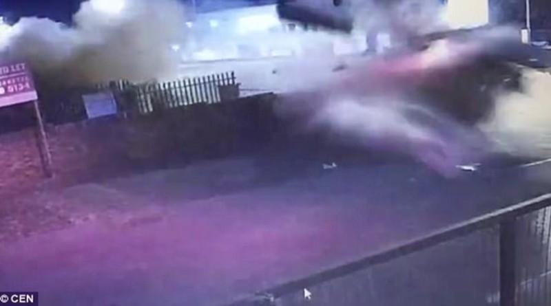 Σοκαριστικό βίντεο: Αυτοκίνητο εξφενδονίζεται και χτυπά σε πανύψηλη μάντρα!