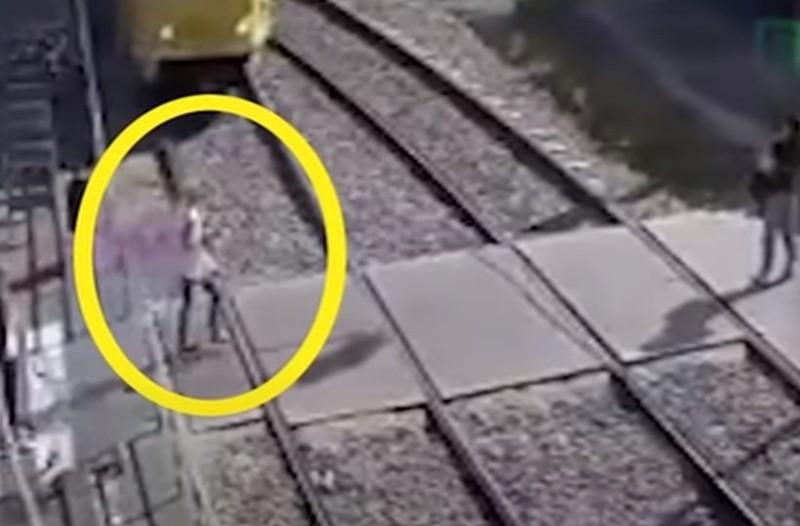 Σοκαριστικό βίντεο: Τραμ παρασύρει και ακρωτηριάζει γυναίκα που μιλούσε στο κινητό!
