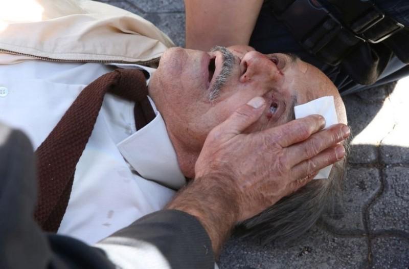 Εικόνες - σοκ στην Ευελπίδων: Άνδρας των ΜΑΤ πέταξε ηλικιωμένο από τις σκάλες! (photos)