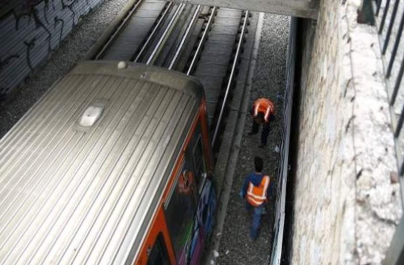 Ανατριχιαστική αποκάλυψη για την γυναίκα που αυτοκτόνησε στον ΗΣΑΠ: Γερανός σηκώνει τον Ηλεκτρικό για να απεγκλωβίσουν από κάτω τη νεκρή!