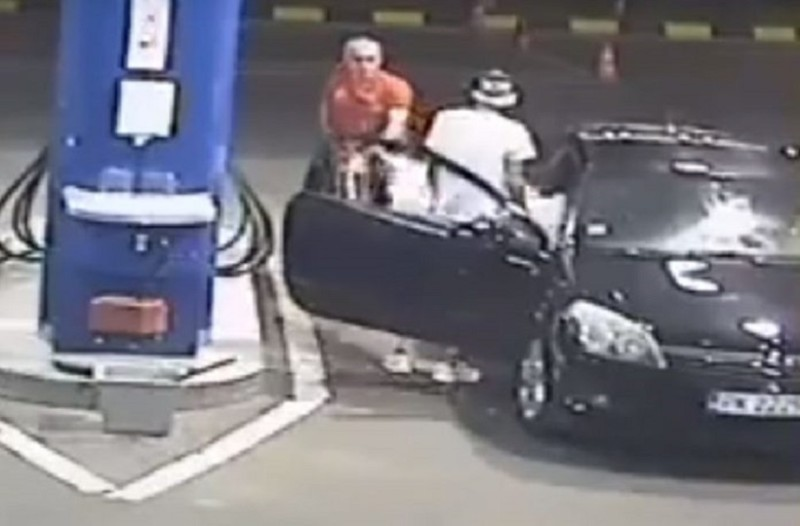 Απίστευτο βίντεο: Δεν θα πιστεύετε τι έπαθε ένας άνδρας όταν αρνήθηκε να σβήσει το τσιγάρο του σε βενζινάδικο!