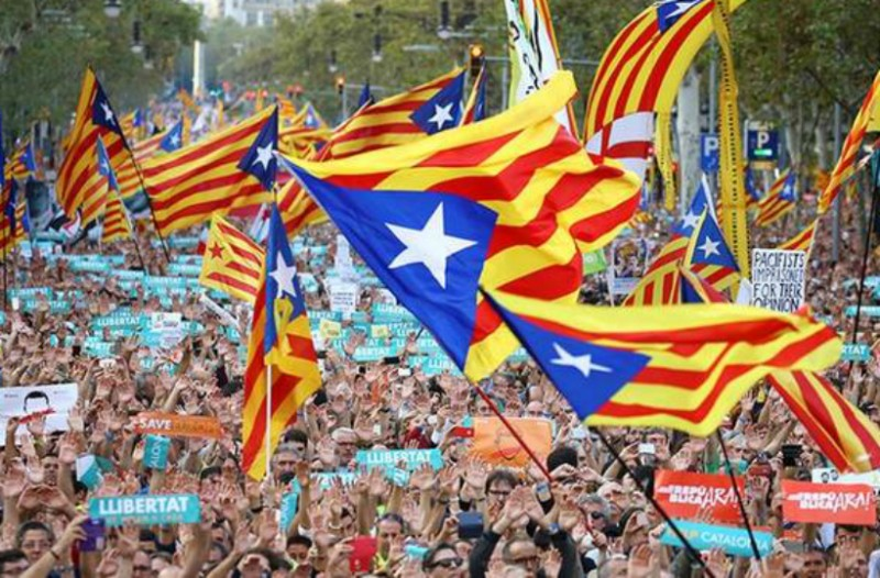 Χαμός στην Μαδρίτη: Σε καθεστώς κηδεμονίας η Καταλονία - Τουσκ: Μιλάμε μόνο με την Ισπανία