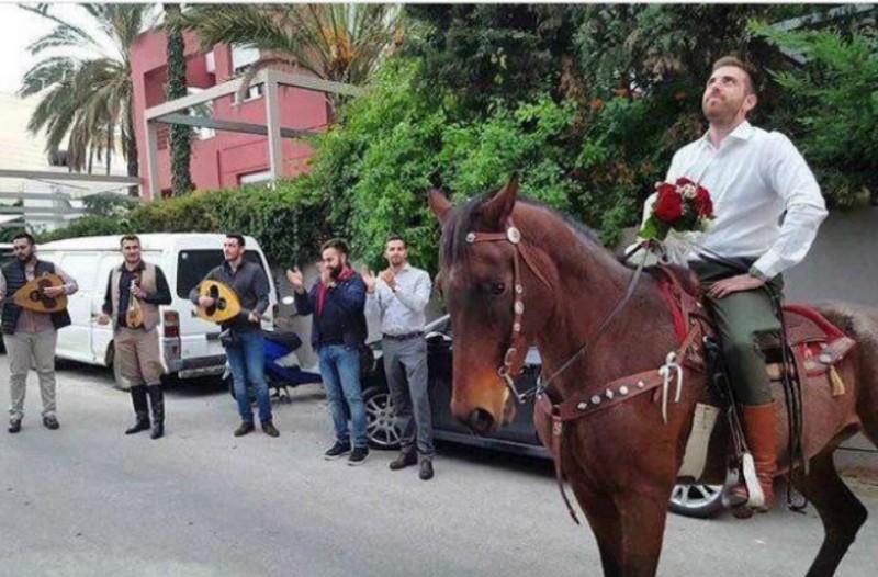 41a0c3478dfd Κρήτη  Καβάλησε το άλογο του και έκανε... πρόταση γάμου στην αγαπημένη του