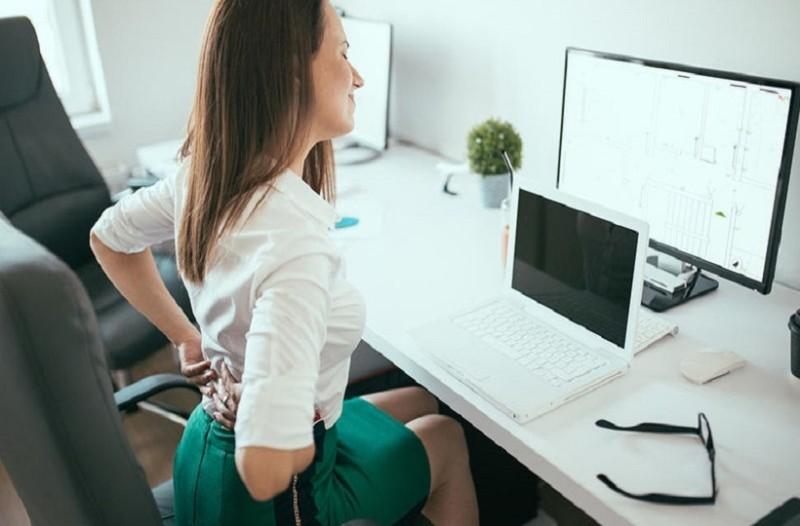 Μια δοκιμή θα σε πείσει: 4 ασκήσεις για να μην καμπουριάζεις στο γραφείο! (Video)