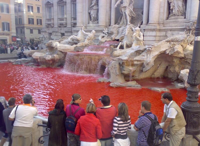 Ανατριχιαστικό: Τα νερά στη Φοντάνα ντι Τρέβι έγιναν κατακόκκινα! (video)