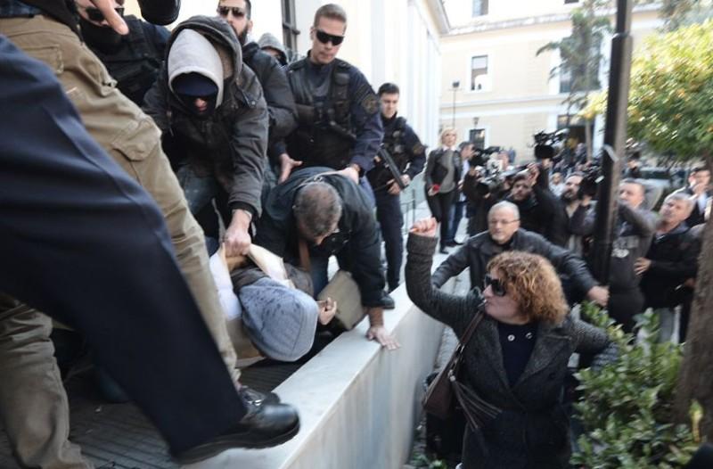 Σοκ στην Ευελπίδων: Κάρφωσε με στυλό τον δολοφόνο η μάνα της Δώρας Ζέμπερη! «Να πεθάνεις δολοφόνε!»