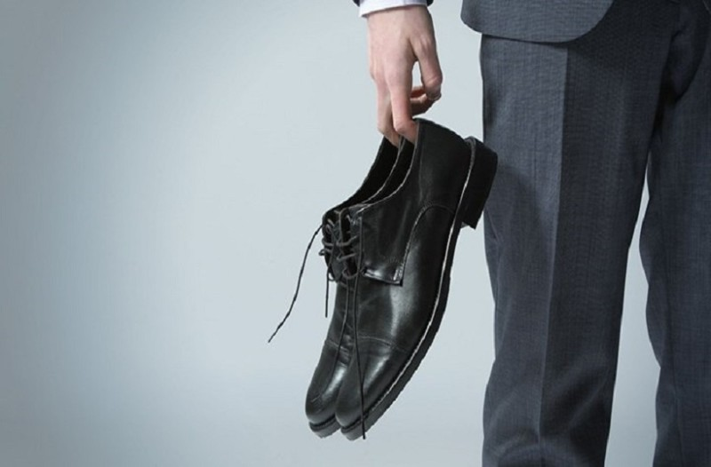 47261f2f11 Από που προήλθε η φράση  «Του έδωσε τα παπούτσια στο χέρι» - Εσείς ...