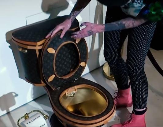 Κανείς δεν μπορεί να ξέρει τι σκεφτόταν η καλλιτέχνις Illma Gore όταν  εμπνεύστηκε το νέο της έργο. 7c5422a2f38