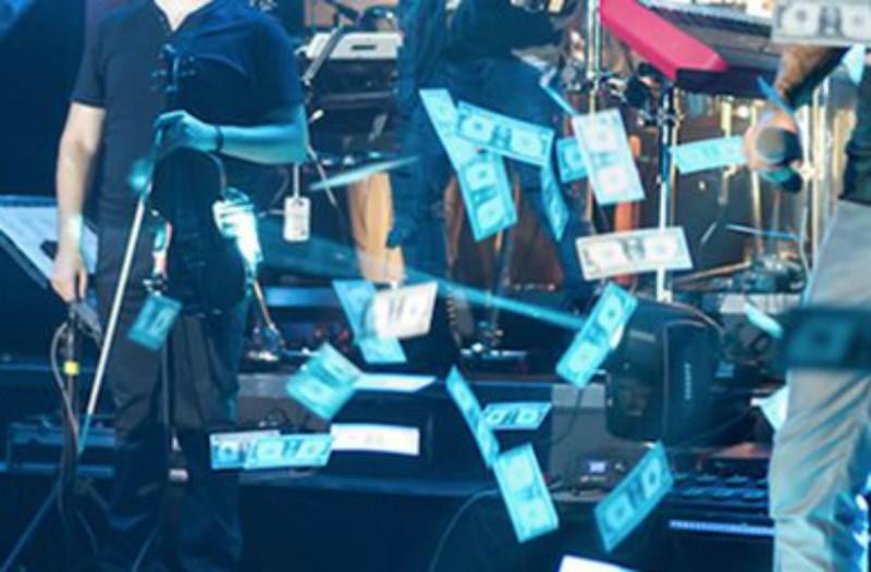 Το είδαμε και αυτό: Ραίνουν με... χαρτονομίσματα στην πίστα πασίγνωστους Έλληνες τραγουδιστές! (Photos)