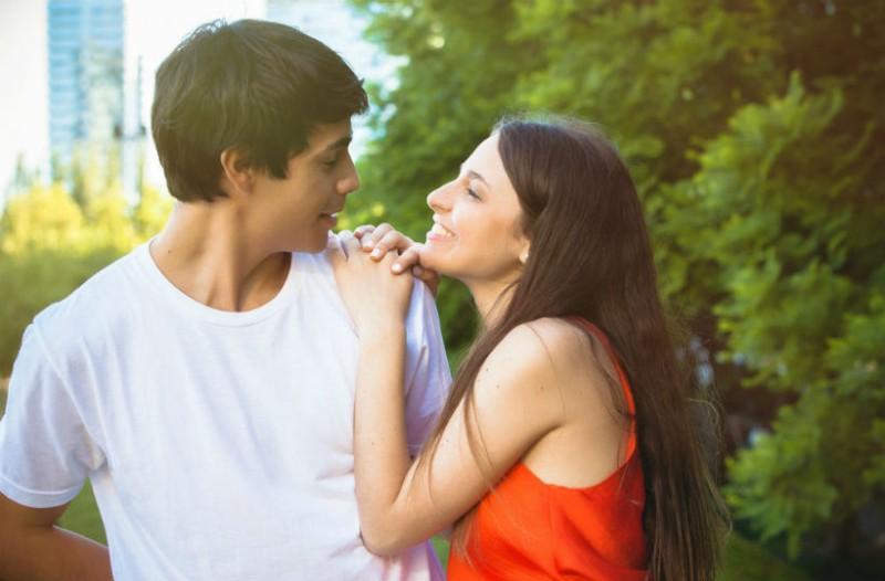 Η συνήθεια που κάνει καλό στη σχέση σου αλλά ντρέπεσαι γι'αυτήν!