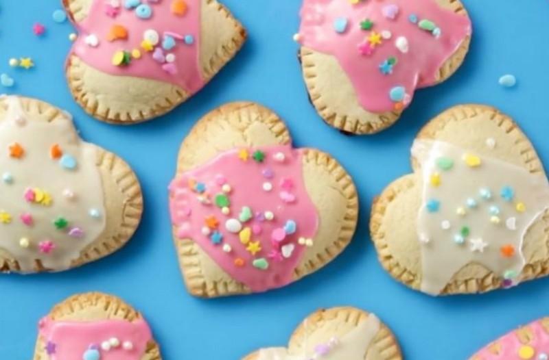 Φτιάξε τα πιο θεϊκά μπισκότα σε σχήμα καρδιάς με μαρμελάδα φράουλα (video)