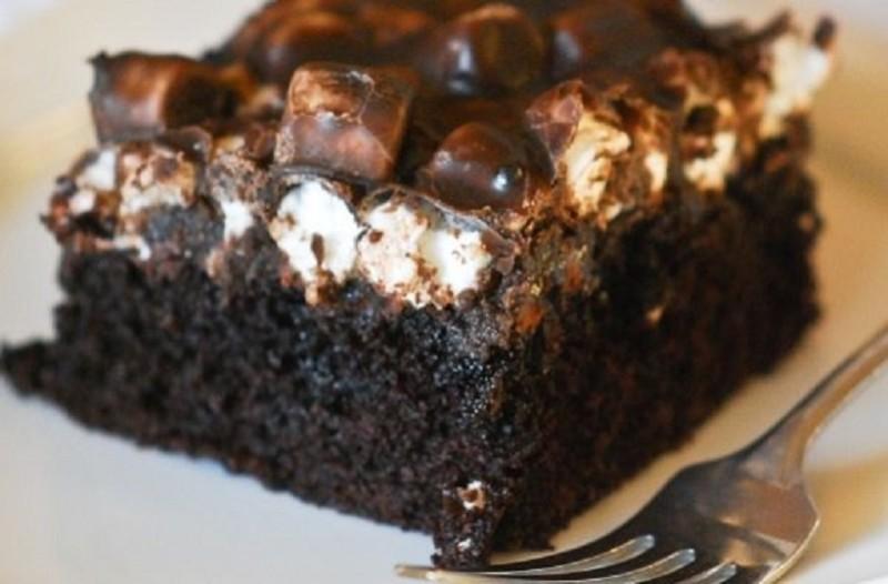 Η πιο νόστιμη και εύκολη συνταγή: Ένα σιροπιαστό κέικ σοκολάτας που θα σας ξετρελάνει!
