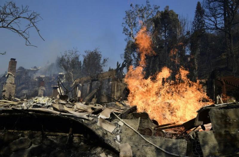 Η φωτιά στο Λος Άντζελες είναι για συνεχόμενη μέρα ανεξέλεγκτη. Κινδυνεύουν σπίτια διασήμων!
