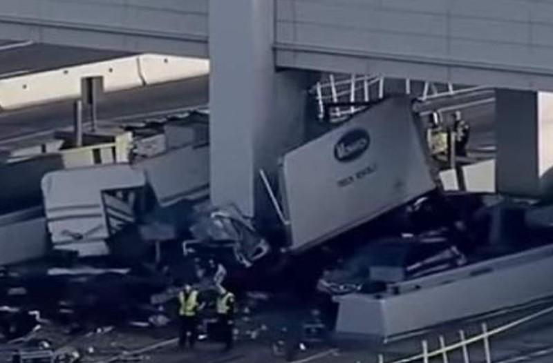 Ασύλληπτο τροχαίο: Νεκρή υπάλληλος διοδίων! Φορτηγό έπεσε πάνω στον σταθμό! (photos)