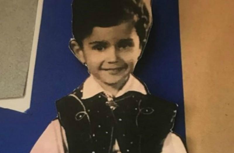 Απίστευτο: Μπορείτε να αναγνωρίσετε ποιος πασίγνωστος Έλληνας είναι ο μικρός τσολιάς της φωτογραφίας;