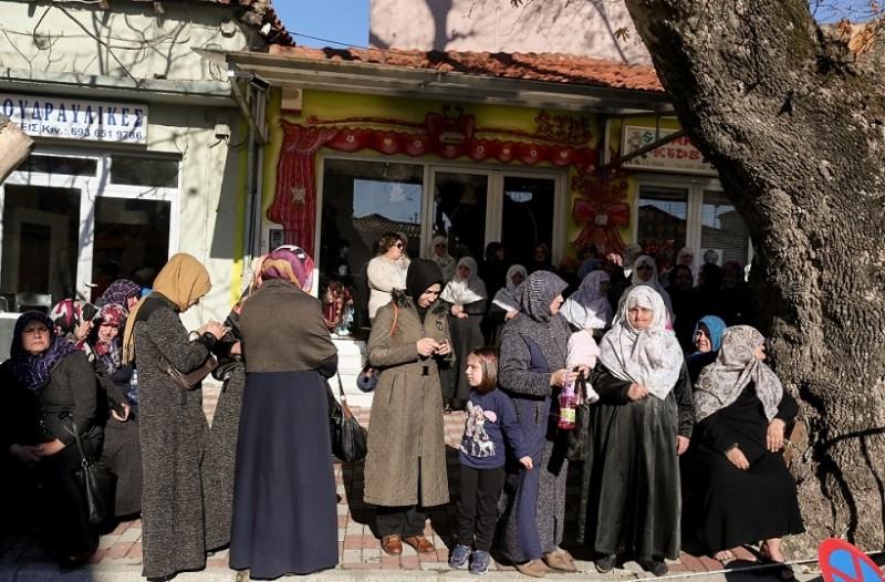 Ξεπούλησαν τα ανθοπωλεία στην Κομοτηνή! - Όλοι ντυμένοι με τα γιορτινά τους περιμένουν τον Ερντογάν! (Photo)