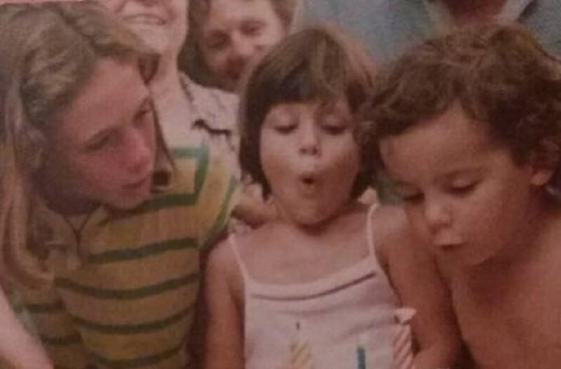 Ίδια όσα χρόνια και αν περάσουν: Μπορείτε να καταλάβετε ποια γνωστή Ελληνίδα ηθοποιός είναι το κοριτσάκι της φωτογραφίας;
