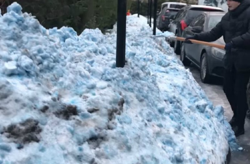 Μοναδικό θέαμα: Μπλε χιόνι σκέπασε την Αγία Πετρούπολη! (video)
