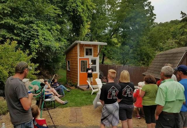 """13χρονος έχτισε αυτό το μικροσκοπικό σπίτι, με μόλις 1.500€. Μόλις δείτε πως είναι από μέσα,θα """"κλάψετε"""" από την ζήλια σας! (photos+video)"""