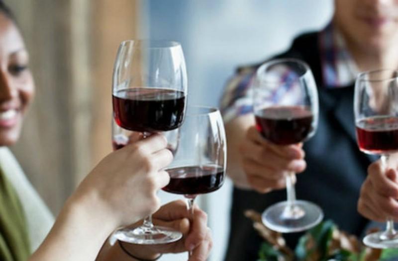 Ραντεβού με ποτήρια κρασιού