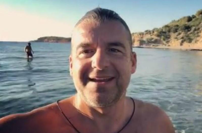 Το «επικό» καλωσόρισμα του Λιάγκα στα Χριστούγεννα! Δείτε τον να κολυμπάει στα παγωμένα νερά της Βουλιαγμένης (video)