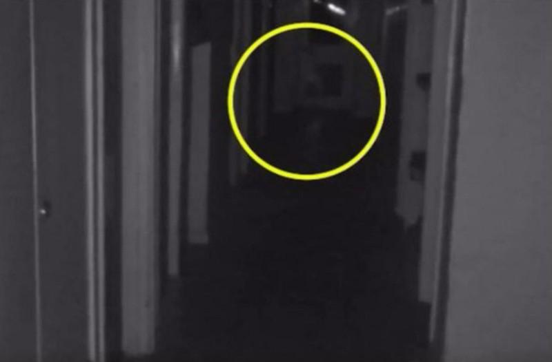 Τρομακτικό βίντεο: «Φάντασμα» μικρού παιδιού εμφανίζεται ξαφνικά σε διάδρομο εγκαταλειμμένου κτιρίου!