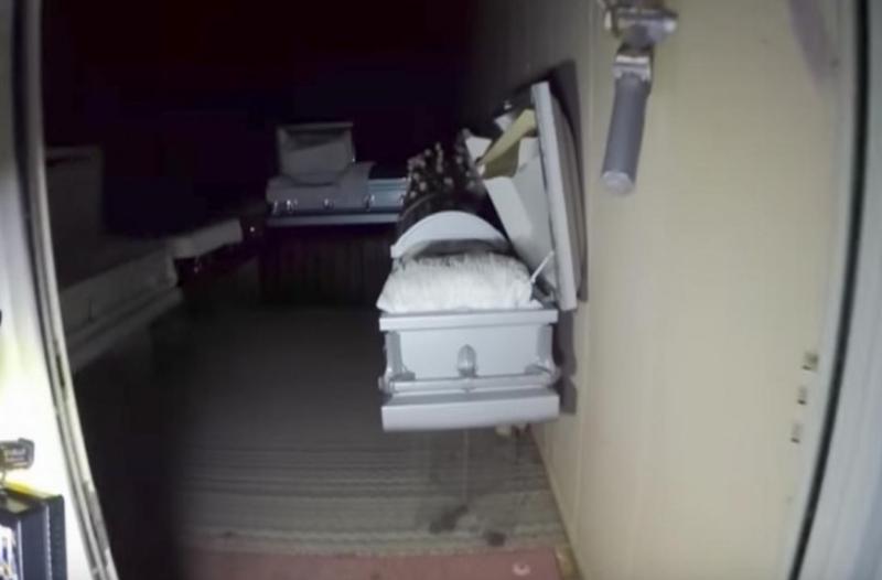 Μπήκαν με μια κάμερα σε ένα ερειπωμένο γραφείο τελετών! Μετά από λίγα βήματα, αυτό που είδαν τους έκανε να ανατριχιάσουν! (video)