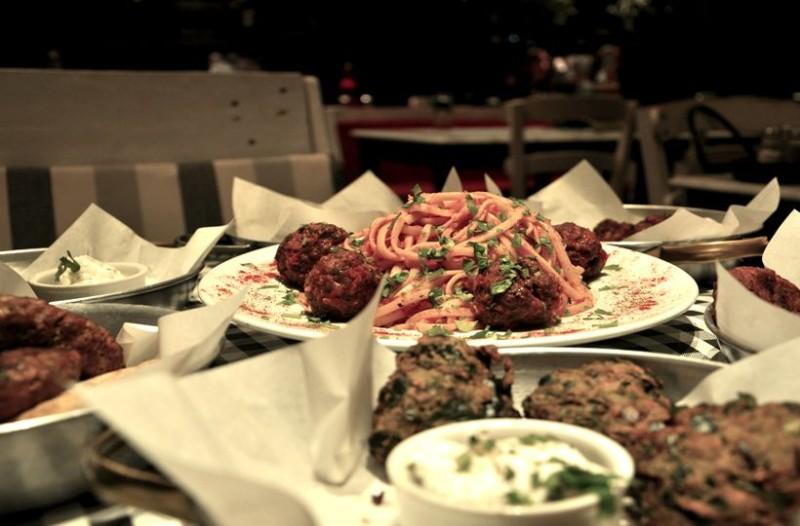 Σ' αυτό το μαγαζί της Αθήνας θα φας όσο θέλεις μέχρι... τελικής πτώσης μόνο με 12 ευρώ!