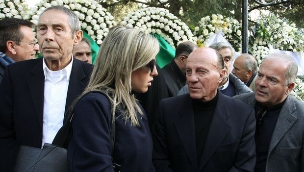 Σπάραξαν καρδιές στην κηδεία του Τάκη Λουκανίδη![photos]