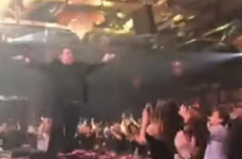 Ο Βασίλης Καρράς τραγούδησε στα μπουζούκια το «Μακεδονία ξακουστή» και έγινε... πανικός! (video)