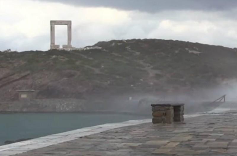 Απίστευτο βίντεο: Πελώρια κύματα «έπνιξαν» το λιμάνι της Νάξου!
