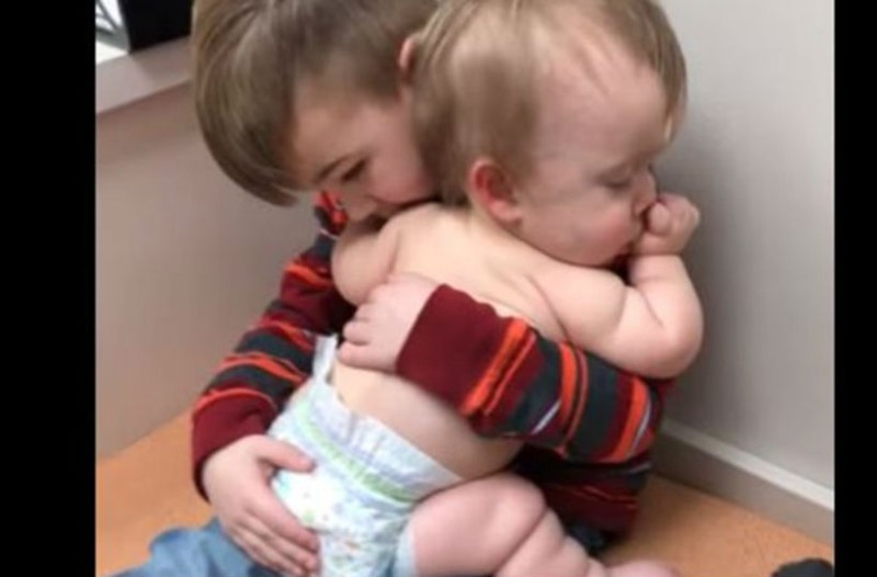 Λιώσαμε! Αγοράκι νανουρίζει στην αγκαλιά του την μικρή του αδερφούλα!